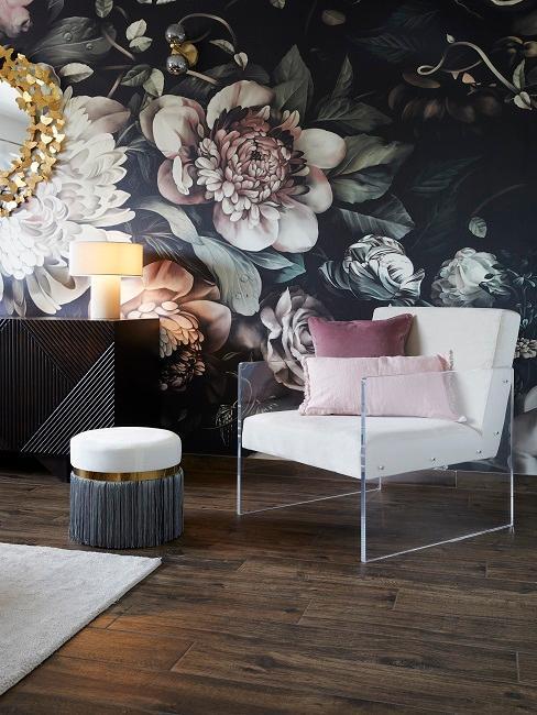 Fauteuil blanc avec tapisserie fleurie