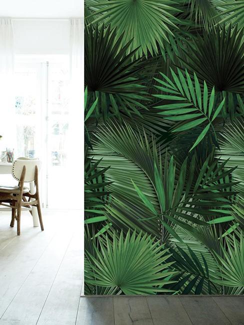 Tapisserie tropicale avec chaise en fond