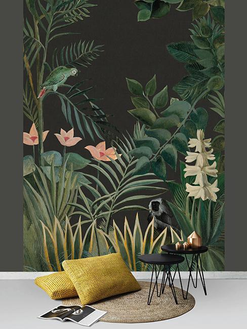 coussins jaunes au sol avec table d'appoint noir et tapisserie tropicale