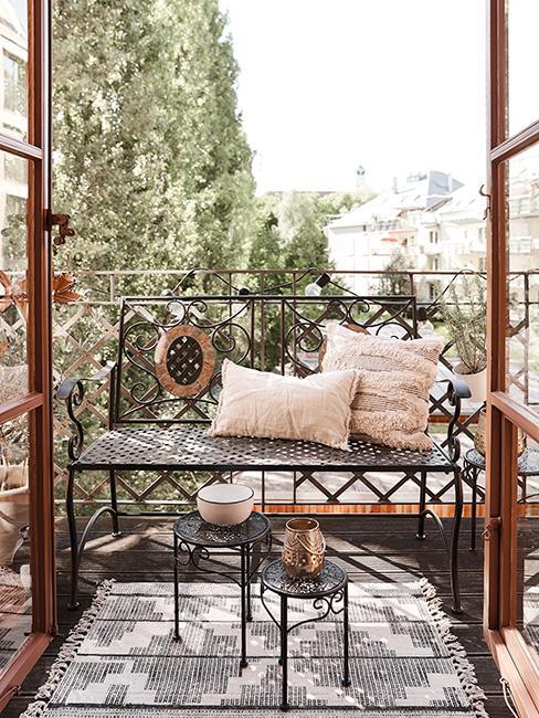 balcon avec banc, coussin et tapis