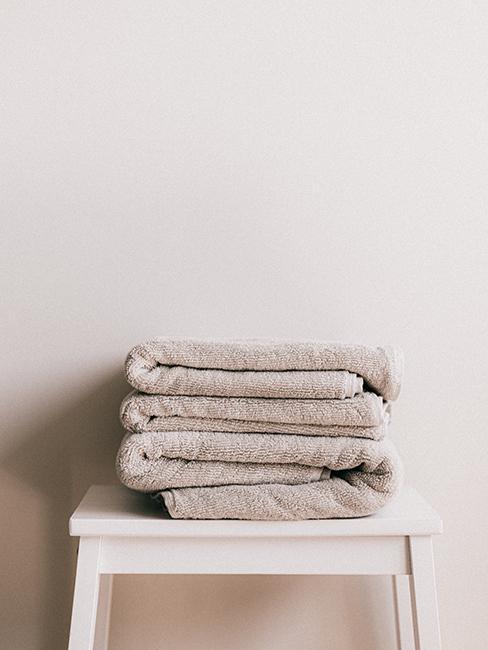 Serviettes pliées beige sur un tabouret