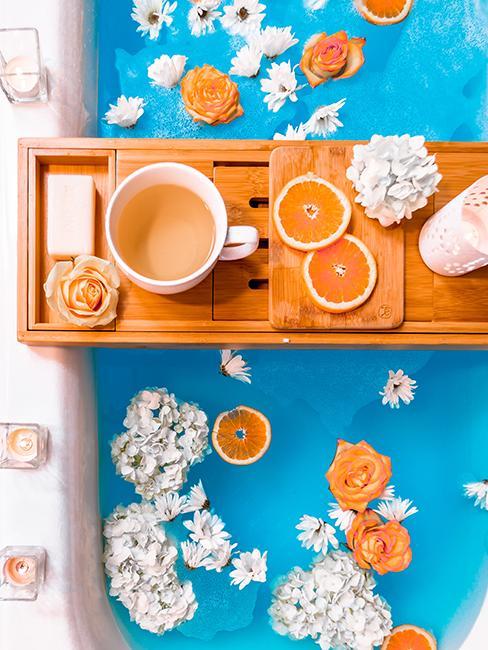 Baignoire avec eau bleue avec fleurs et tranches d'orange