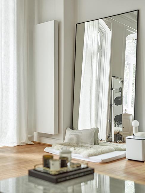 salon avec grand miroir posé contre le mur