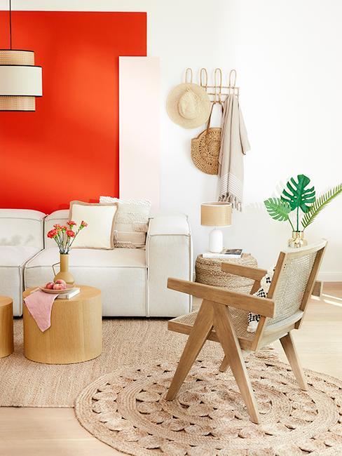 salon style boho avec mur blanc et orange