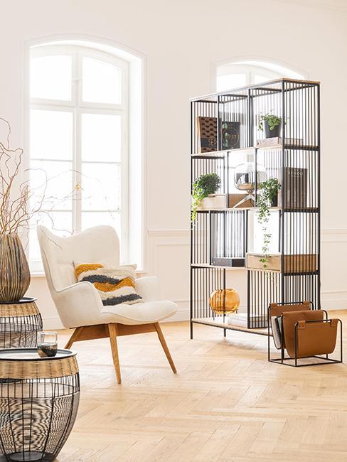 étagère salon avec objets décoratifs pour séparer la pièce