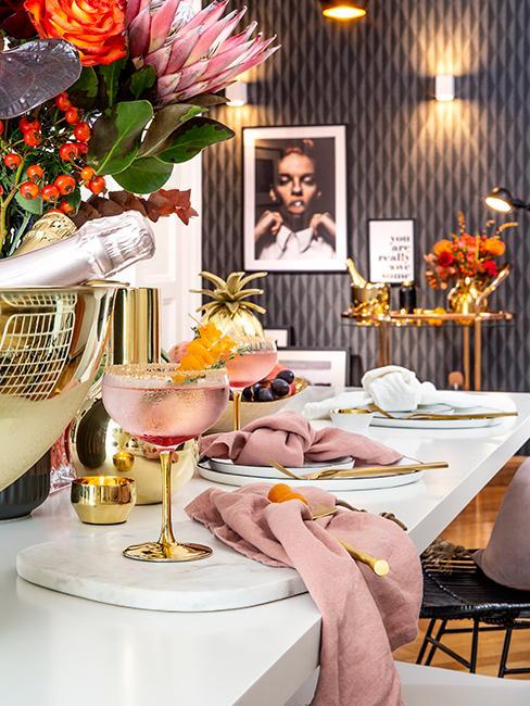 coin bar maison glam avec verres à cockail, serviette rose, bar en marbre
