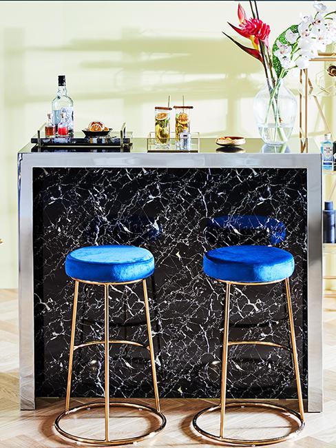 coin bar maison en marbre avec tabourets bleus en velours