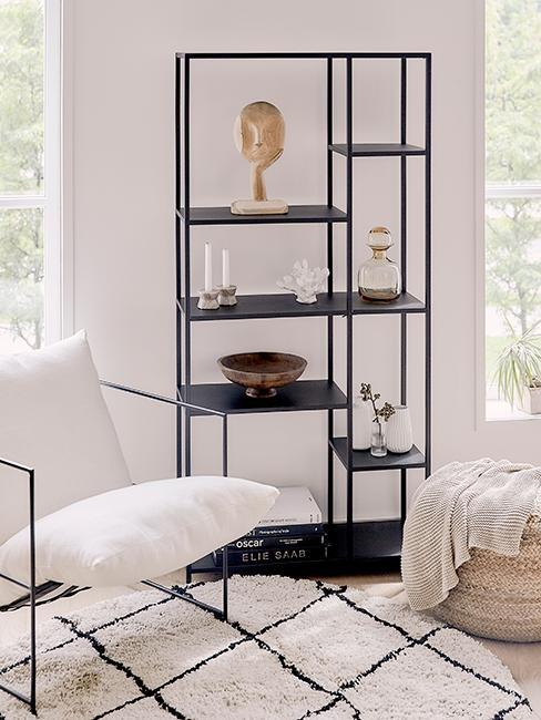 Coin lecture avec fauteuil blanc, tapis berbère et étagère en métal noir