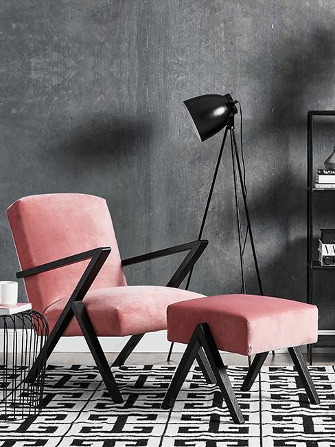 Coin lecture avec fauteuil rose, tapis graphique et mur gris