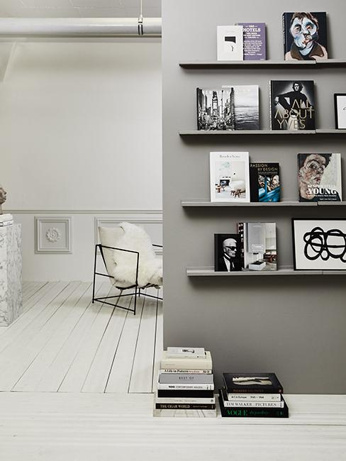 coin lecture avec mur gris et étagères avec des livres