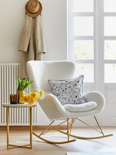 coin lecture avec fauteuil à bascule blanc en peluche