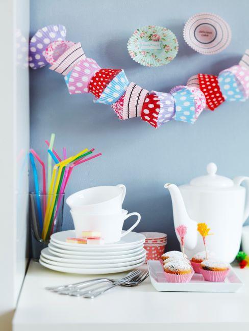 fete pour enfants, table avec vaisselle blanche, table gouter d anniversaire, guirlande , pailles,