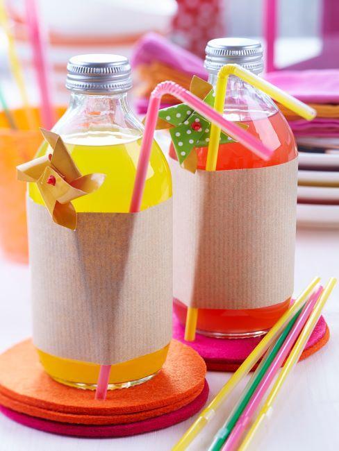 fete pour enfants, bouteilles avec des boissons colorees decorees et avec des pailles