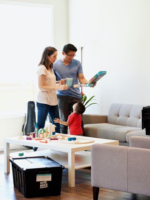 parents dans un salon avec enfant entrain de jouer