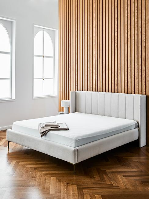 2 couleurs dans une chambre avec un mur en bois et blanc