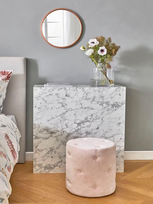 chambre moderne avec meuble en marbre et pouf rose