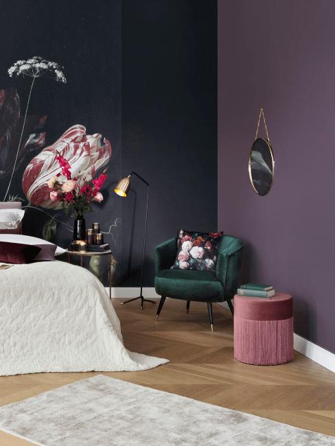 Chambre à coucher avec des murs peints en deux couleurs