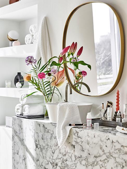 petite salle de bain avec meuble vasque marbre gris et miroir rond doré