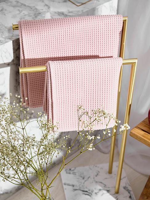 porte serviette doré dans petite salle de bain