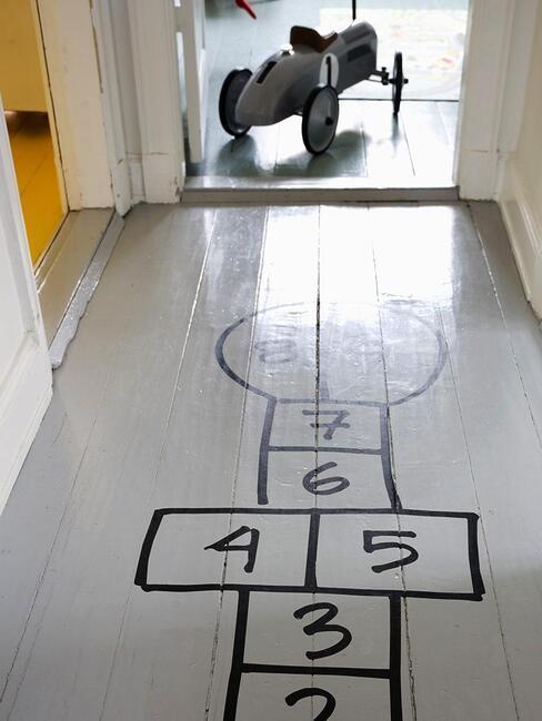 hall d'entrée ludique pour enfants avec jeu de la marelle dessiné au sol