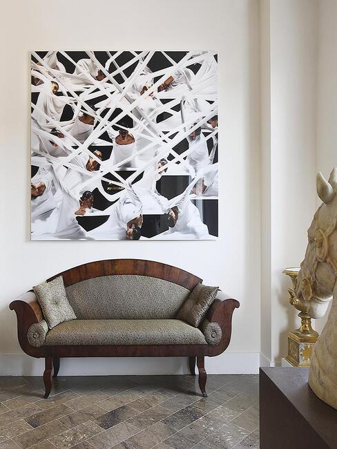 fauteuil/divan en bois et tissus dans hall d'entrée avec grande photo moderne