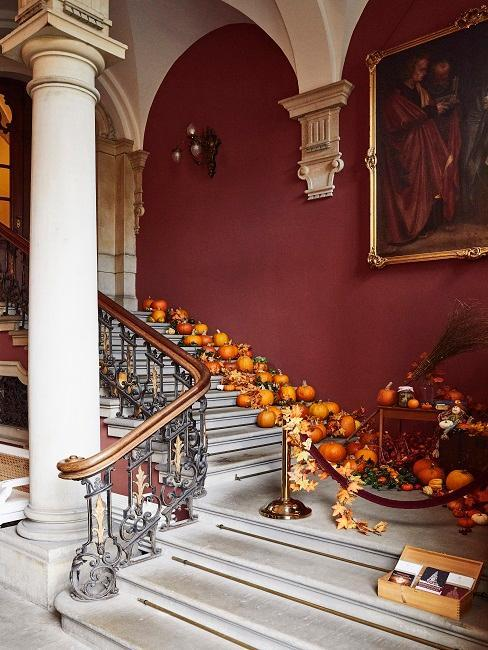 décoration automnales avec des citrouilles posées sur un escalier