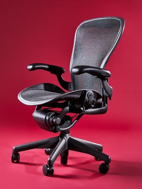 fauteuil de bureau sur fond rouge