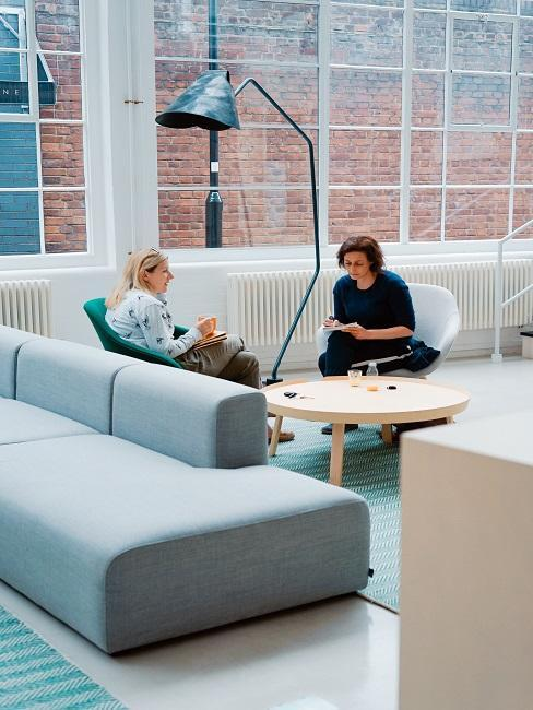 Canapé bleu clair dans un bureau style industriel
