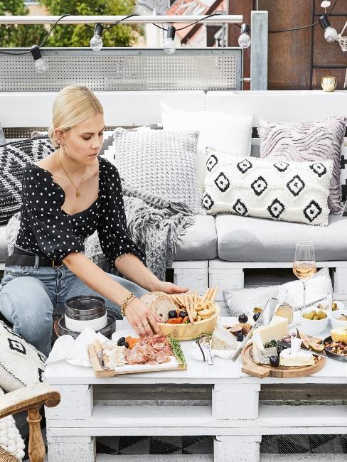 apéro terrasse avec table et fauteuil en palettes