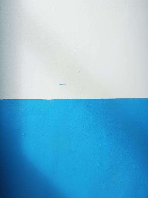 Mur avec frise blanche et bleue