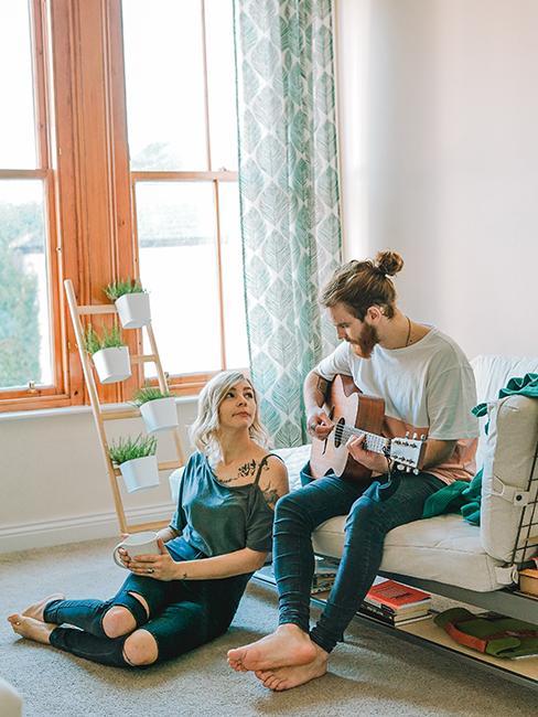 couple entrain de jouer de la musique