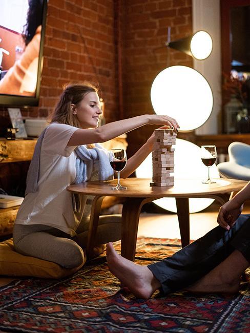 couple entrain de jouer à un jeu de société