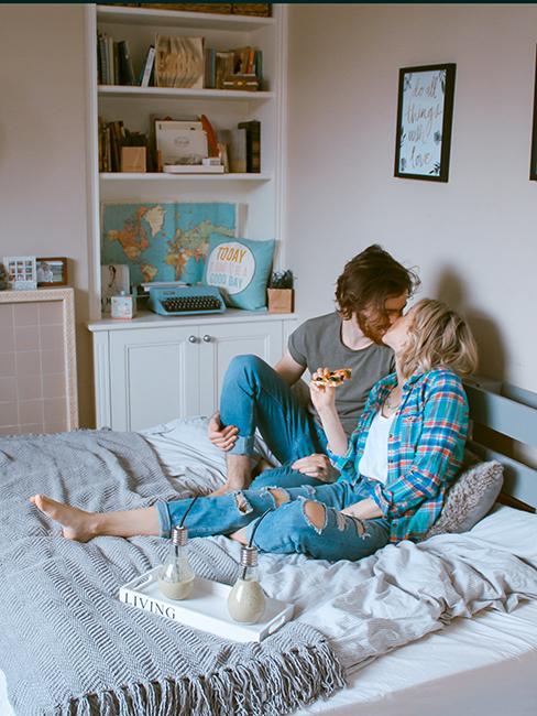 Couple passant un moment cocooning dans la chambre