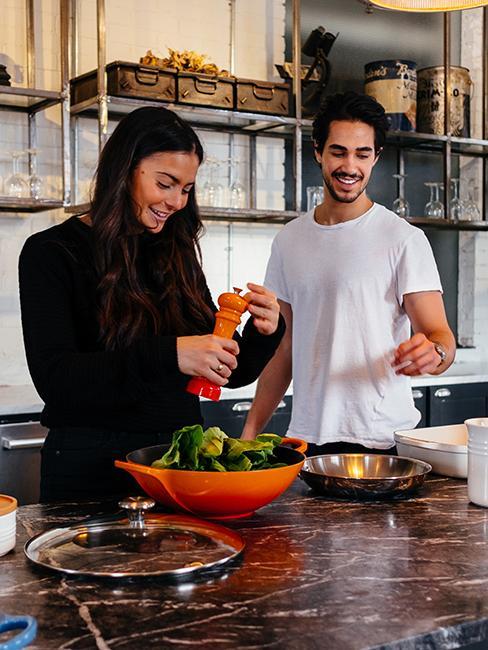 couple entrain de cuisiner