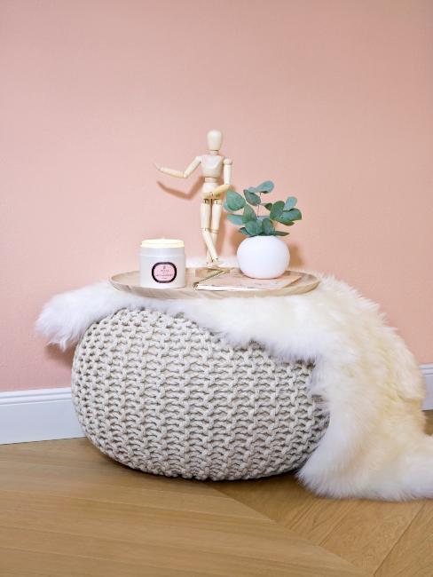 pouf rond avec petit tapis imitation peau de mouton mur rose