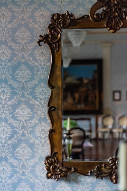 Papier peint bleu avec miroir doré à finition antiquaire