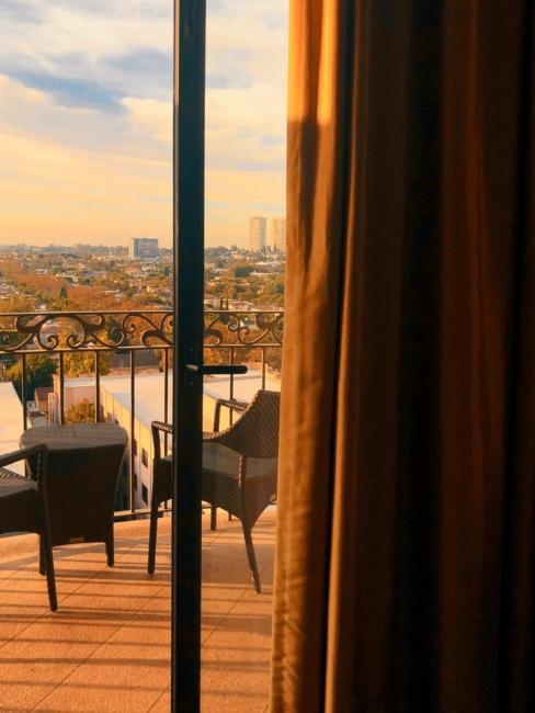 Vue sur le balcon avec meubles noirs