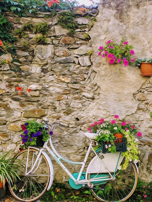déco de jardin de recup avec un vieu vélo posé contre un mur extérieur