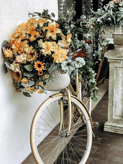 déco avec un vieux velo et des fleurs