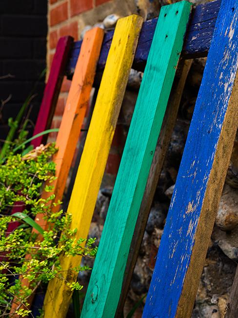 déco de jardin de recup avec palette repeinte en arc en ciel