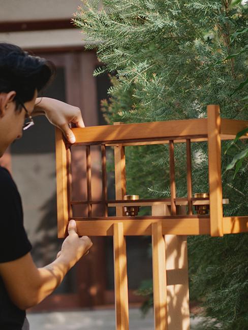 déco de jardin, personne entrain de faire une mangeoire à oiseaux en bois