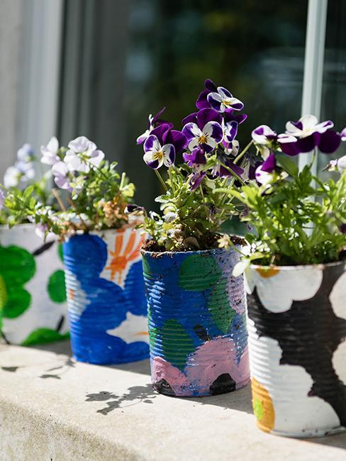 déco de jardin récup avec boites de conserve peintes en couleurs