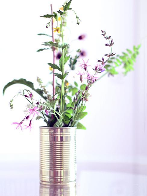 déco de jardin de recup avec boiture de conserve en métal et fleurs