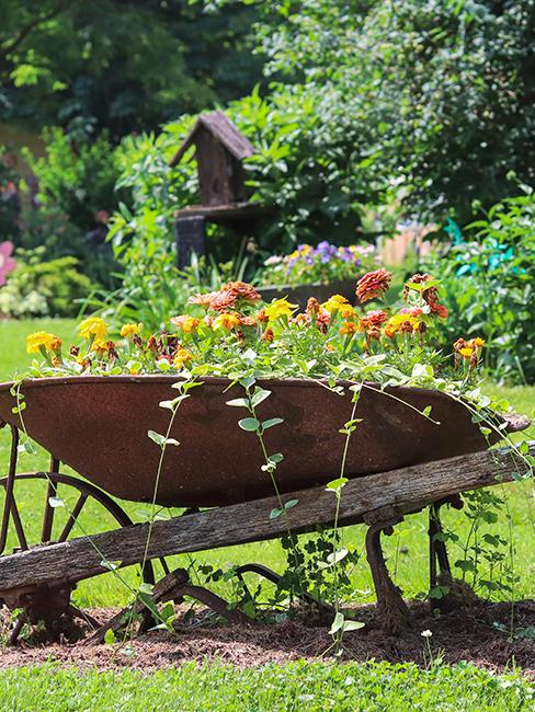 déco de jardin recup avec brouette transformée en jardinière
