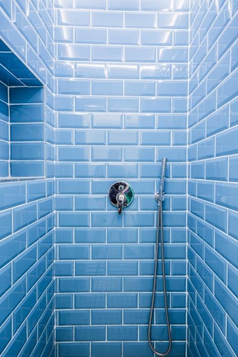 Douche avec carrelage bleu