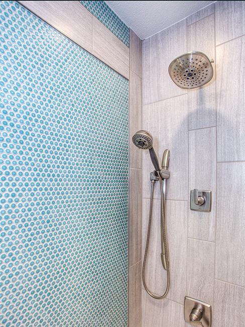 salle de bain avec fries murale en carrelage gris