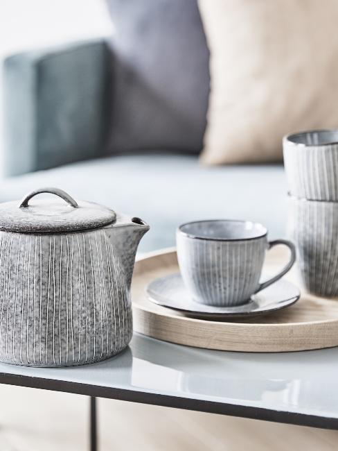 service de tasses en céramique gris clair avec théière