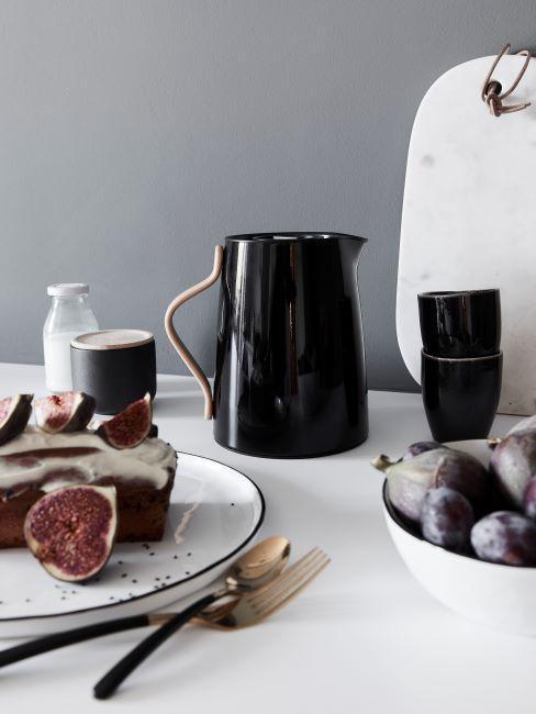 mur gris, cuisine gris-noir, pichet noir, tasses noires