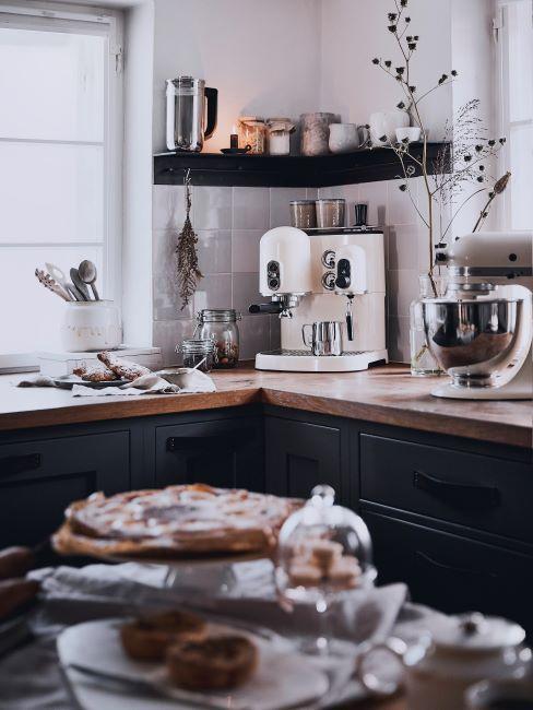 cuisine noire avec plan de travail en bois