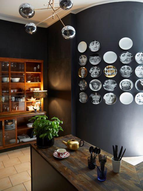 cuisine avec mur noir et assiettes accrochées